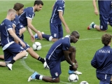 KRAKOW, POLAND - JUNE 07:  Mario Balotelli of Italy ties his laces during a training session at Pilsudski stadium on June 7, 2012 in Krakow, Poland.  (Photo by Claudio Villa/Getty Images)